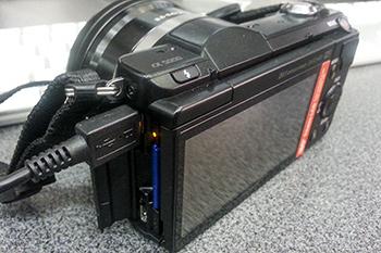 Камера заряжается по шнурку USB