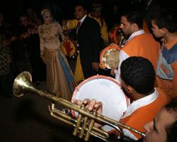 Специально приглашенные музыканты играли зажигательную музыку, гости радовались за молодых и пускались в пляс.