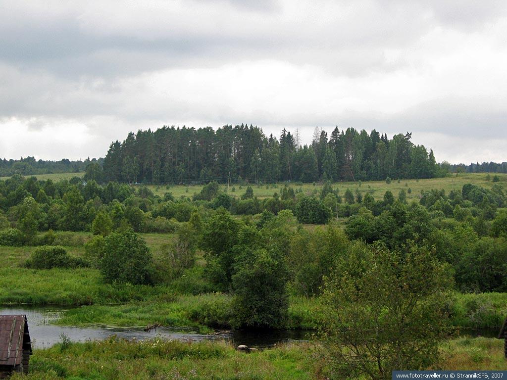 Вид из Селище на древнее кладбище около Моклаково
