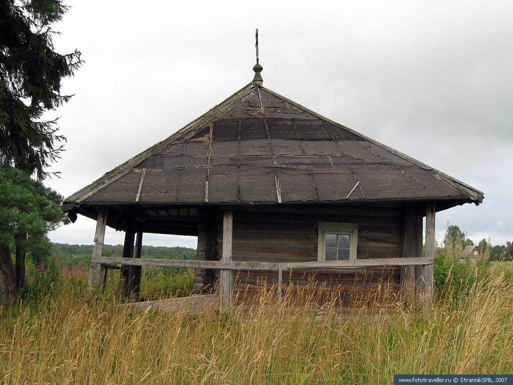 За деревней в поле приютилась часовенка Кирика и Улиты
